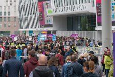 Les fans de Mylène Farmer investissent La Défense
