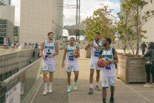 Les basketteurs de Nanterre au pied de la Grande arche