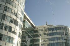 Un funambule dans le ciel de la Défense pour le Téléthon