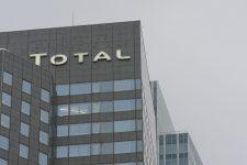 Le Spiderman français soutient les grévistes enhaut de la tour Total
