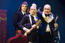Des «Mangeurs de lapin» chanteurs animent un spectacle demusic-hall